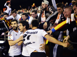 Heißblütiger Jubel: Dani Parejo, André Gomes und Alvaro Negredo feiern in der Menge.