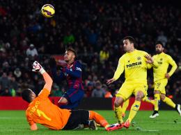 Neymar wird von Asenjo gelegt - doch die Pfeife von Schiedsrichter Garrido blieb stumm.