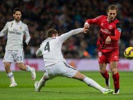 Da war's passiert: Sergio Ramos verletzt sich im Spiel gegen Sevilla (re. Lazaro).