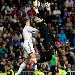 Immer wieder im Blickpunkt: Sergio Asenjo, hier mal wieder im Privatduell mit Ronaldo.