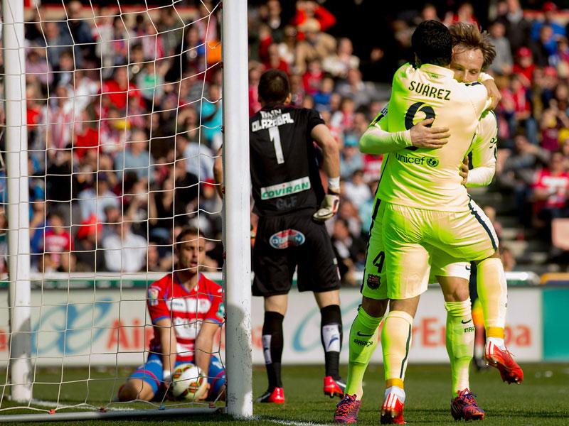 Torschützen unter sich: Ivan Rakitic wird von Luis Suarez geherzt.