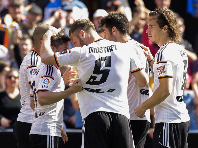 Mustafi beglückwünscht Torschütze Piatti nach dessen Tor zum 2:0.