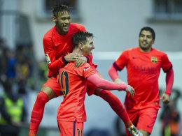 Komm in meine Arme: Lionel Messi (vorne) holt sich nach seinem Doppelpack Glückwünsche ab.