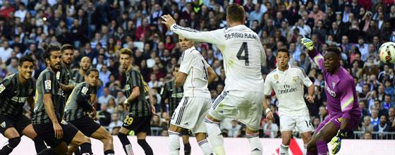 Reals umstrittene Führung: Malaga spielt und reklamiert auf Abseits, Sergio Ramos (Nr. 4) trifft aus kurzer Distanz.