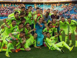 Meisterfoto: Der FC Barcelona posiert nach dem 1:0-Sieg bei Atletico.