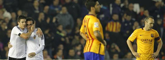 Freude und Frust: Valencias Torschütze Mina (l.) und Barças Iniesta (r.).