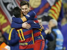 Torjubel: Lionel Messi feiert mit Vorbereiter Neymar seinen Treffer zum 2:0.