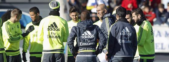 Zinedine Zidane bei einer seiner ersten Ansprachen an die Mannschaft.