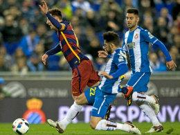 """Ließ den """"Kleinen"""" abheben: Espoanyols Alvaro (#22) im Zweikampf mit Lionel Messi."""