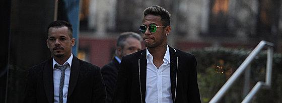 Neymar am Dienstag beim Verlassen des Gerichtsgebäudes in Madrid.