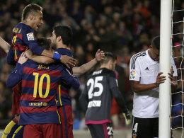 """""""MSN"""" - oder Tick, Trick und Track? Neymar, Lionel Messi und Luis Suarez brachten nicht nur Valencias Santos (re.) zum Verzweifeln."""
