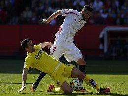 Sevillas Iborra ist gegen Villarreals Gaspar obenauf.