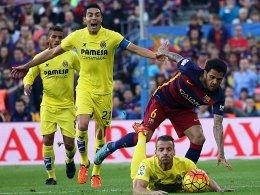 Stürmt Barcelona (im Bild Dani Alves) auch das Madrigal? Roberto Soldado (am Boden) & Co. wollen dies verhindern.