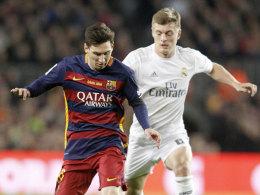 Lionel Messi im Duell mit Toni Kroos (r.)
