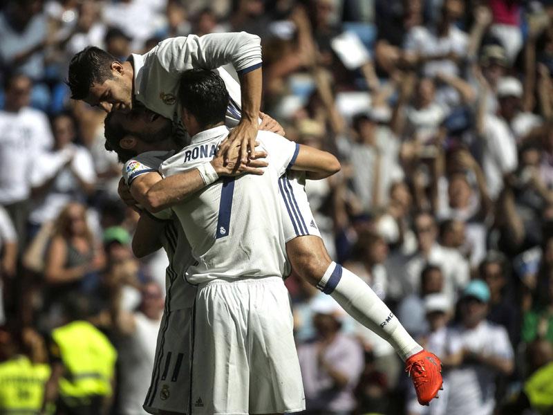 """""""MBC"""" statt """"BBC"""": Alvaro Morata (oben) gratuliert Gareth Bale und Cristiano Ronaldo (#7)."""