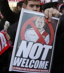 Nicht willkommen: Rayo-Fans protestierten gegen die Verpflichtung von Roman Zozulya - mit Erfolg.