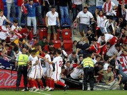 Absperrung stürzt ein: Jubelnde Sevilla-Fans verletzt