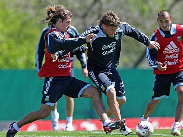 Fußball: Gonzalo Bergessio (Mitte) gegen Martin Demichelis