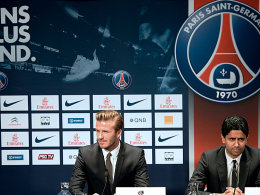 David Beckham während seiner Präsentation bei Paris St-Germain, rechts der katarische PSG-Präsident NasserAl-Khelaifi.