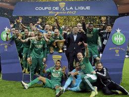 Die Profis von AS St. Etienne feiern den Ligapokalsieg in Paris