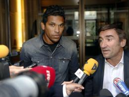 Bastias Angreifer Brandao (li.) und sein Anwalt Olivier Martin treten vor die Presse nach dem Urteil gegen den Brasilianer.