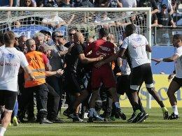 Spielabbruch! Bastia-Fans attackieren Lyons Spieler
