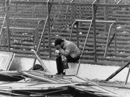 Ein Liverpool-Fan sitzt am 15. April 1989 fassunglos im Hillsborough-Stadion