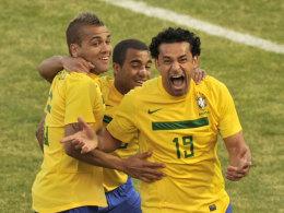 Fred (r.) feiert mit Dani Alves (l.) und Lucas Moura