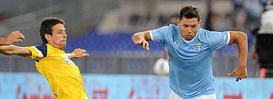 Wechselt innerhalb der Serie A: Mauro Zarate (re.).