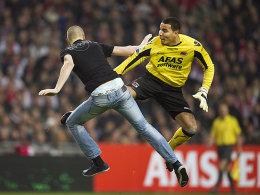 Tätlichkeit: Ein Ajax-Anhänger griff den AZ-Keeper auf dem Feld an.