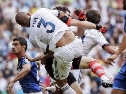 Königliche Karambolage: Pepe, Iker Casillas und Xabi Alonso verpassen das Leder - im Gegensatz zu Valencias Jonas.
