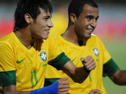 Mächtig in Fahrt: Brasiliens Dreifachtorschütze Neymar jubelt gemeinsam mit Teamkollege Lucas (re.).