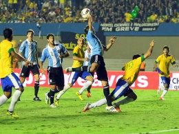 Die Szene zum Handelfmeter: Argentiniens Desabato agiert ungeschickt, Brasiliens Neymar (re.) wird zum Nutznießer.