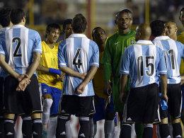 Ganz schön dunkel - zu dunkel, fanden die Spieler der beiden Erzrivalen Brasilien und Argentinien.