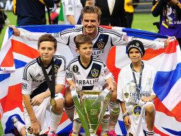 """Abschied mit Style: Die """"Becks-Boys"""" mit dem Union-Jack und dem MLS-Meisterpokal."""