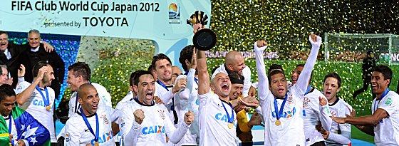 Die Sieger von Yokohama: Kapitän Alessandro reckt den Pokal in die Höhe.