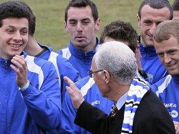 Franz Beckenbauer besucht die Fußball-Nationalmannschaft des Kosovo.