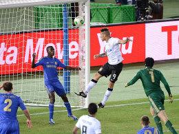 Kopfball ins Glück: José Paolo Guerrero ist erfolgreich, Peter Cech schon geschlagen.