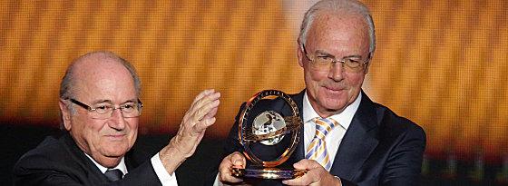 Franz Beckenbauer, Joseph Blatter (li.)