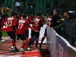 1. Februar 2012: Spieler von Al-Ahly flüchten in die Katakomben, als hunderte Fans den Platz stürmen.