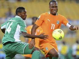 Ausgeschieden: Didier Drogba (re., mit Nigerias Godfrey Oboabona) hat mit der Elfenbeinküste das Halbfinale verpasst.