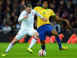 Torschütze gegen Debütant: Wayne Rooney gegen Dante (re.).