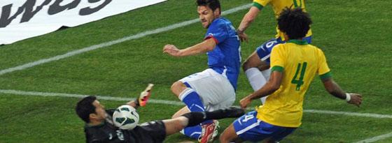 Brasiliens Keeper Julio Cesar rettet gegen Italiens Maggio, Dante (Nr. 4) kann nicht eingreifen.