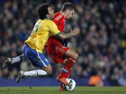 Brasiliens Marcelo im Duell mit Viktor Fayzulin (re.).