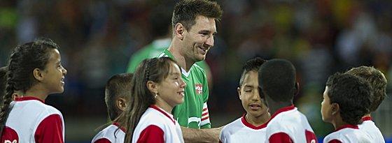Lionel Messi mit Kindern beim Benefizspiel in Medellin.
