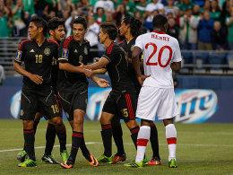 """Erster Dreier für """"El Tri"""": Raul Jimenez (3.v.l.) wird von den Teamkollegen gefeiert."""