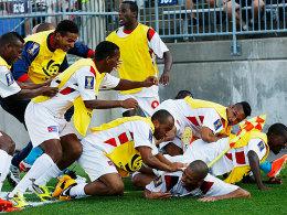 Viertelfinale! Jeniel Molina (unten) wird von seinen kubanischen Teamkollegen schier erdrückt.