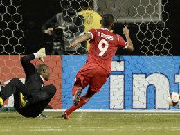 Gabriel Torres lässt Kubas Torhüter Odelin Molina keine Chance.
