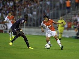 Unter den Torschützen: Monacos Star-Einkauf Radamel Falcao (re., gegen Ludovic Sane) traf beim 2:0 gegen Bordeaux.