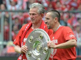 Die Hand an der Schale: Heynckes und Ribery.